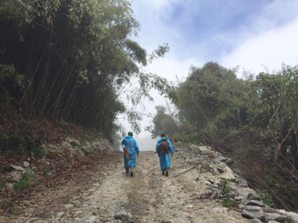 """▲界务员蔡新装(左)和蔡添光在去往""""共和国1号碑""""的路上。新华每日电讯记者林碧锋摄"""