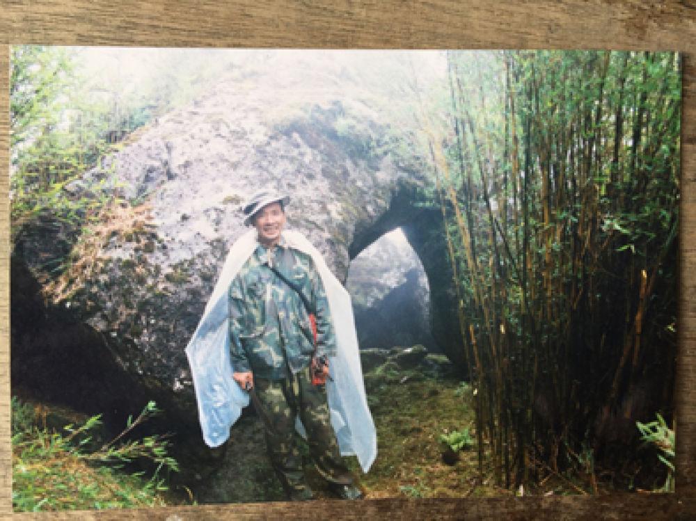 ▲界务员蔡文香曾经上山巡界时的留影。(翻拍)新华每日电讯记者林碧锋摄