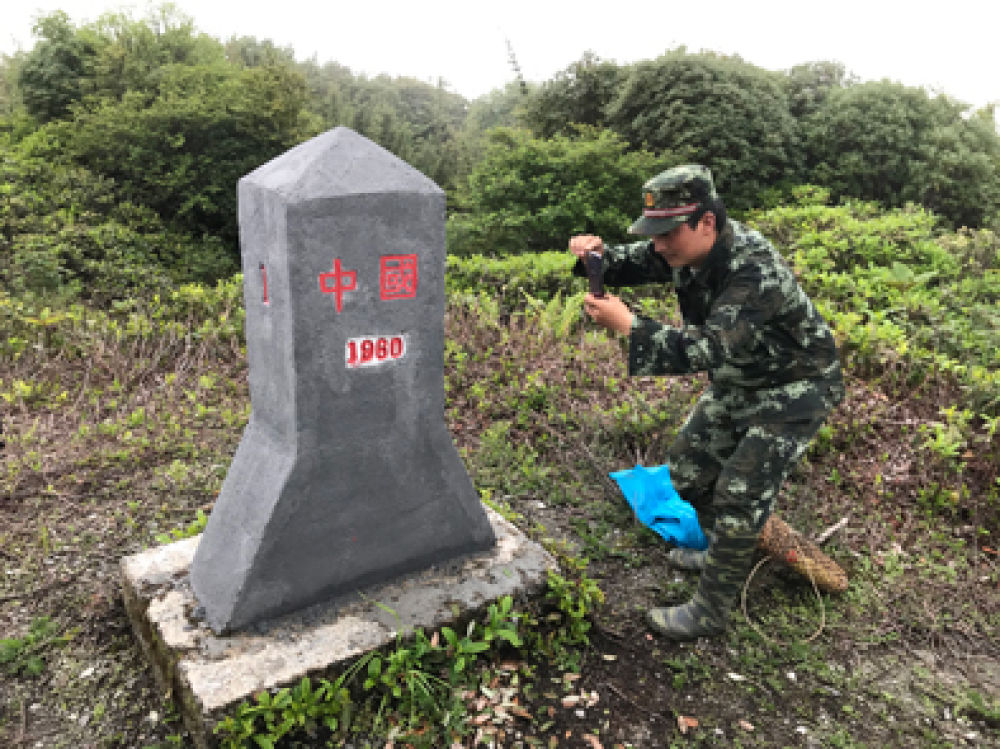 """▲界务员蔡新装在给""""共和国1号碑""""拍照。新华每日电讯记者王长山摄"""