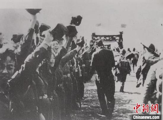 图为1950年汤池民众夹道欢迎解放军(资料图)。 杨益忠供图