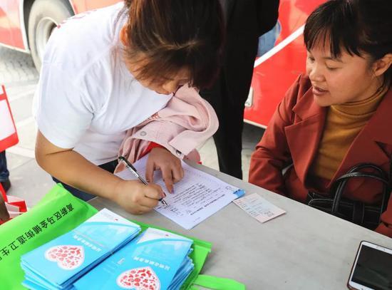 按照医护人员要求,大家认真填写了《献血登记表》,并进行了血样采集和身体检查