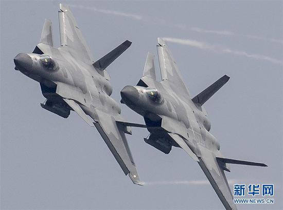 11月11日,4架全新涂装的歼-20战机,在第十二届中国航展上以四机编队进行了约8分钟的飞行展示,将本届航展推向高潮,震撼献礼人民空军成立69周年纪念日,彰显人民空军的开放和自信。新华社发(刘应华 摄)