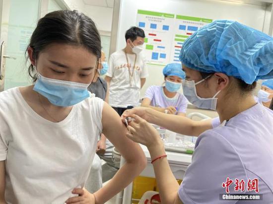 4月1日,云南德宏州瑞麗市市民接種新冠疫苗。 中新社記者 繆超 攝