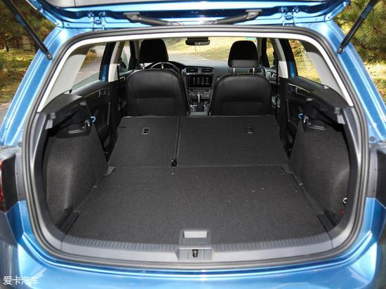 常态下,高尔夫的行李厢容积为380L,将后排座椅放倒后,行李厢可扩充到1220L,进一步提升了储物空间。