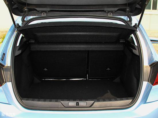 常态下行李厢容积为371L,内部设计较为规整。另外,后排座椅支持按比例放倒,储物空间进一步提升。