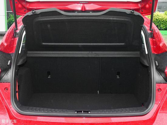 常态下福克斯两厢的行李厢容积为356L,日常放置物品较为充裕。后排座椅支持4/6比例放倒,从而进一步扩充了储物空间。