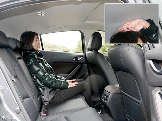 前排座椅保持不变,体验者进入后排,头部空间约四指的余量,腿部空间较为宽敞。