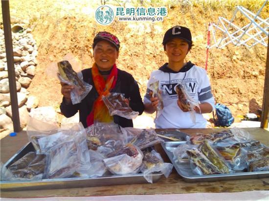 杨梅花(左)、杨艳芹(右)展示她们制作的腊肉。记者江枫/摄