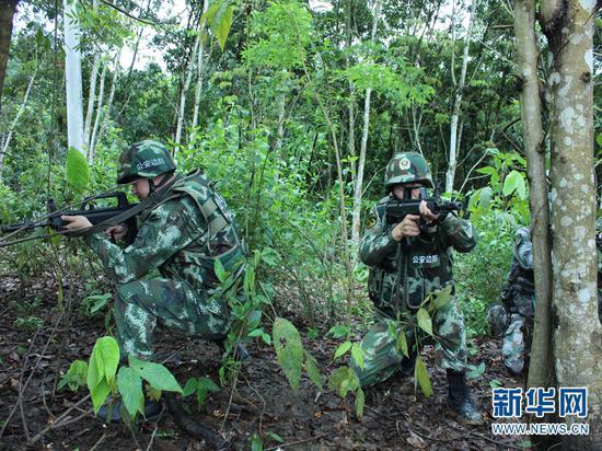 图为孟连边防大队官兵正在开展缉毒工作。(供图)