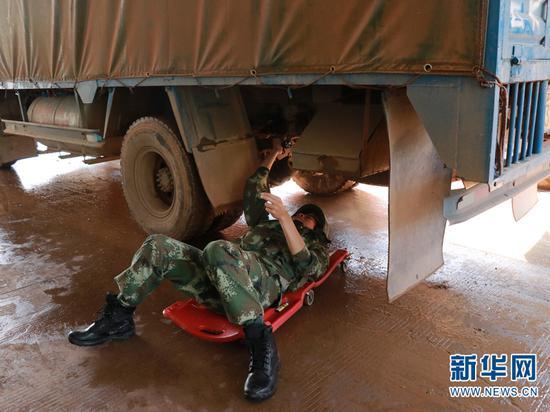 图为孟连边防大队官兵在执勤现场检查车体。(供图)
