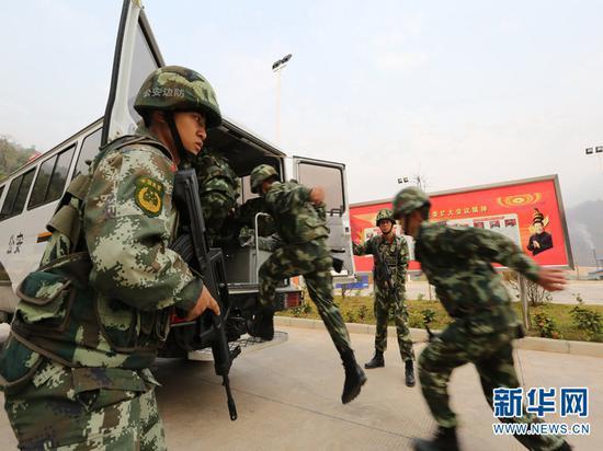 图为孟连边防大队官兵迅速登车,赶往查缉现场。(供图)
