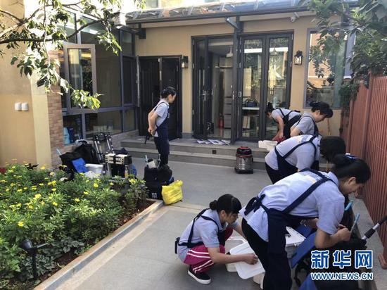 图为家政人员在清扫房屋。(昆明海格家政服务有限公司供图)
