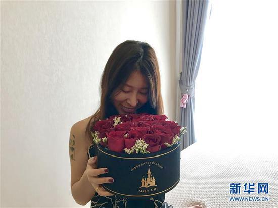 2月14日,在泰国曼谷,一位女士收到由云南鲜花制作成的花盒。 新华社记者 张可任 摄