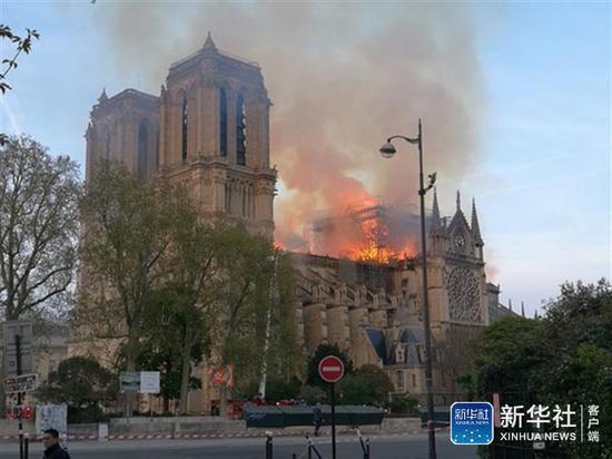 4月15日,在法国巴黎,巴黎圣母院燃起大火。新华社记者 徐永春 摄