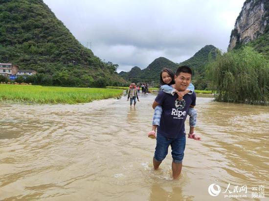 暖心!上学路被淹云南广南乡村教师趟水背娃上下学