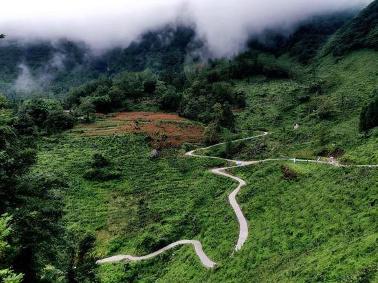永善县桧溪镇蜿蜒盘旋的硬化路。