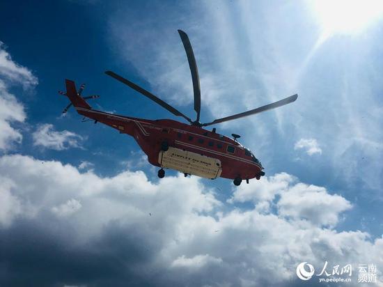 盘旋在空中的直升机人民网程浩摄