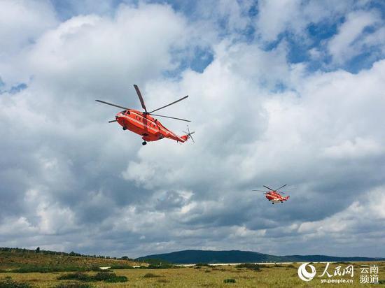 张英海正和同事驾驶飞机进行训练。人民网程浩摄