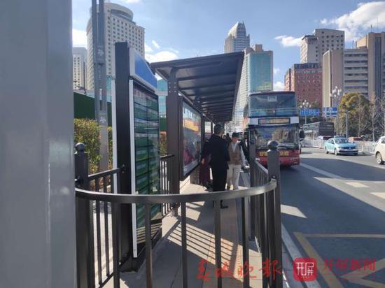 昆明公交站台设围栏上车要绕圈?市民有话说