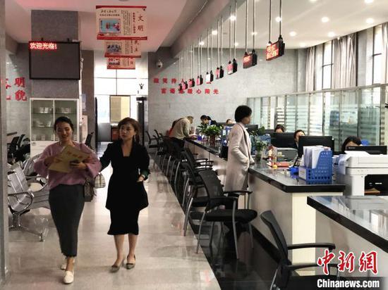 图为云南蒙自市民众在当地政务服务中心办理不动产权证书。缪超 摄