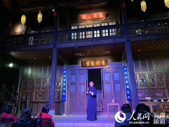 马家大院内,评书人正为台下观众讲述昆明城的来历。供图