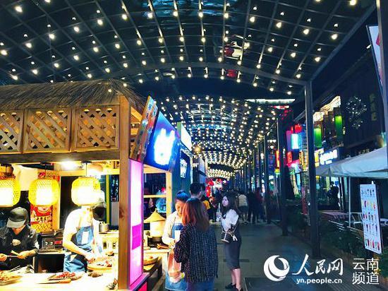 昆明市五华区南强街,晚上有很多特色美食摊位。人民网 程浩 摄