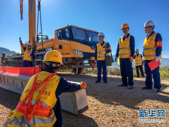 丽香铁路接触网支柱建设施工现场