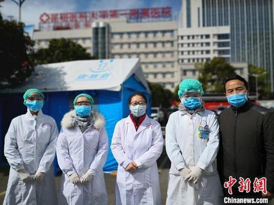 图为孙华博士在疫情防控一线与同事并肩工作。 武英利 摄