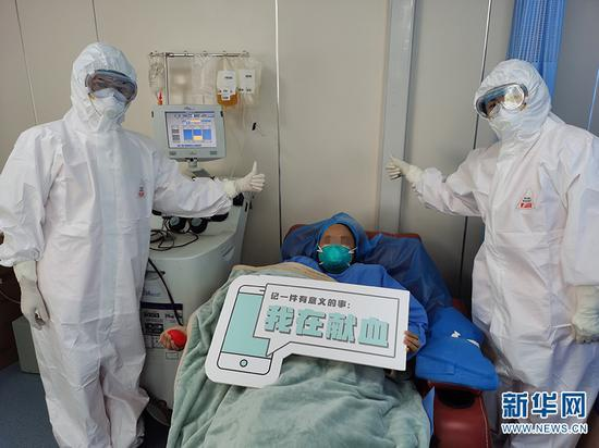 医护人员给李女士点赞。云南昆明血液中心供图