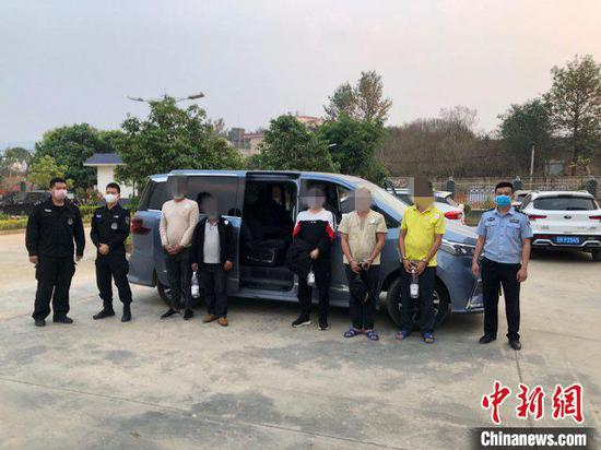 图为警方抓获的涉嫌组织运送越南籍女子偷越国(边)境的嫌疑人。勐海警方供图
