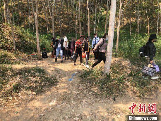 图为警方抓获的非法入境外国人。勐海警方供图