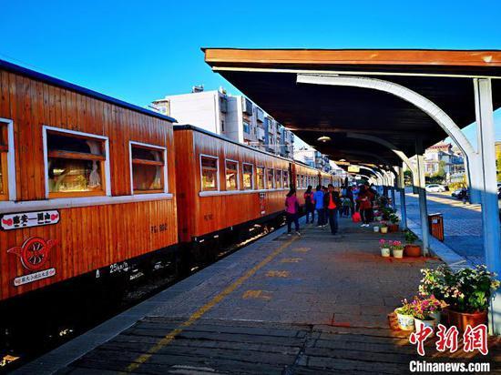 图为恢复运行的旅游观光列车。昆明局集团供图