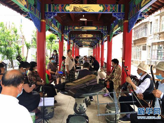 楚雄市甸尾贮木场生活小区改造后居民有了娱乐场所(摄于5月25日)。(新华网 刘馨蔚 摄)