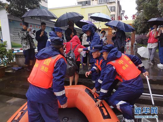 解救被困教师(8月18日摄)。新华网发(供图)