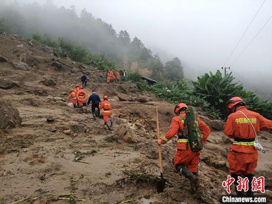图为丽江森林消防支队永胜中队消防员进入现场搜救。 胡书成 摄