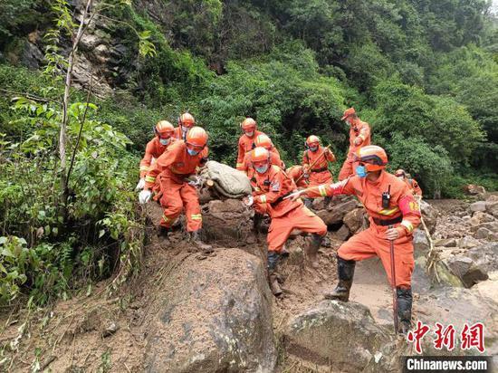 图为丽江森林消防支队永胜中队消防员找到遇难者遗体。 胡书成 摄