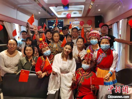 """图为""""超长黄金周""""来云南的旅客搭乘动车出行。 段再宇 摄"""