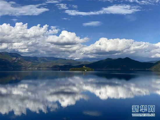 这是9月26日拍摄的云南省丽江市泸沽湖秋日景色。 新华社记者 安晓萌 摄