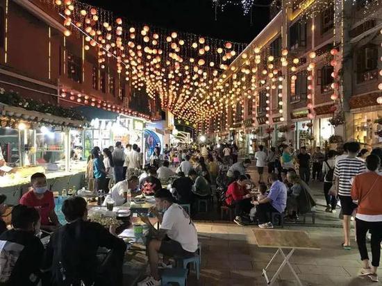 人声鼎沸的建水紫陶街夜市(资料图)
