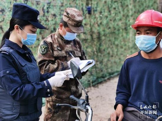 唐源鸿检查过往人员身份证件 郭林浩 摄