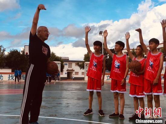 王炳华指导金葵花少年篮球队。受访者供图