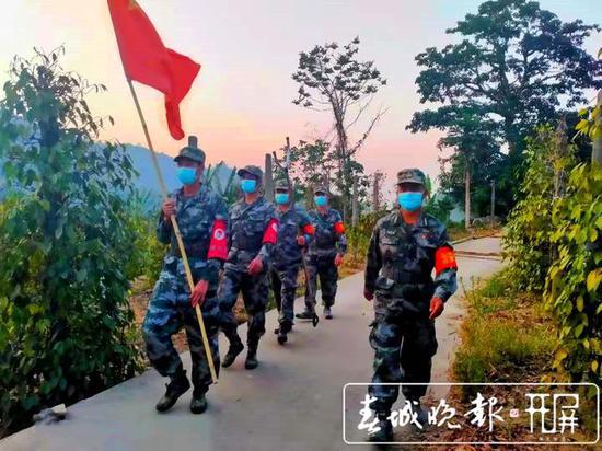 沙忠兴和民兵队伍开展巡边工作(沙忠兴右1)