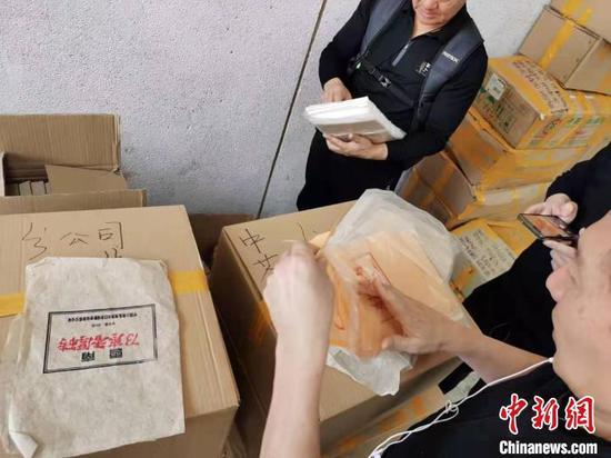 警方透露,此案是近年来上海警方破获的案值最大的假冒品牌普洱茶案。 上海警方供图