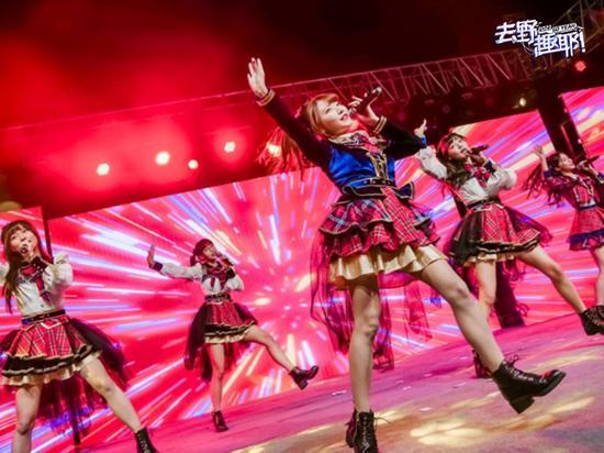 """女子人气组合""""AKB48 Team SH"""" 无锡融创文旅城献唱"""