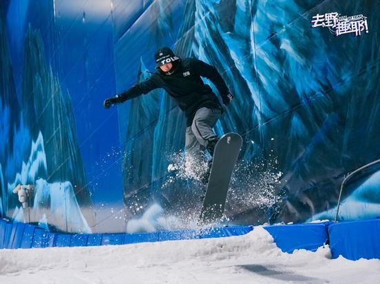 游客在无锡融创雪世界畅滑