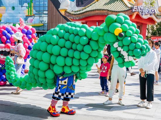 成都融创文旅城气球嘉年华受到小朋友喜欢