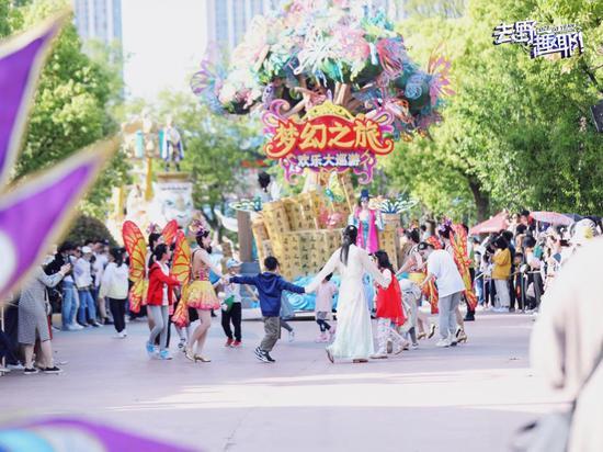 合肥融创文旅城里游客和演员们一起舞蹈