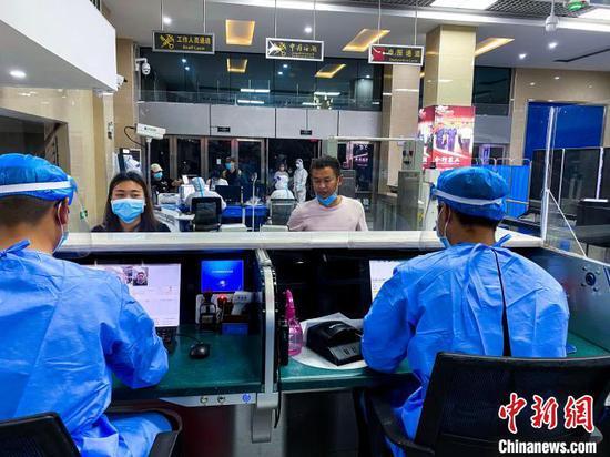图为工作人员为医疗队开通绿色通道并进行查验工作。 打洛边检站供图