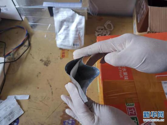 4月29日,警方检测面膜内液体。(云南西双版纳边境管理支队供图)