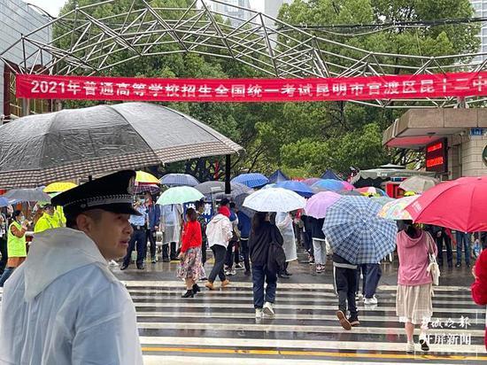 直击|2021年云南高考第二天:不少学生一边走路一边背公式